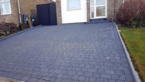 Random course driveway with curbing